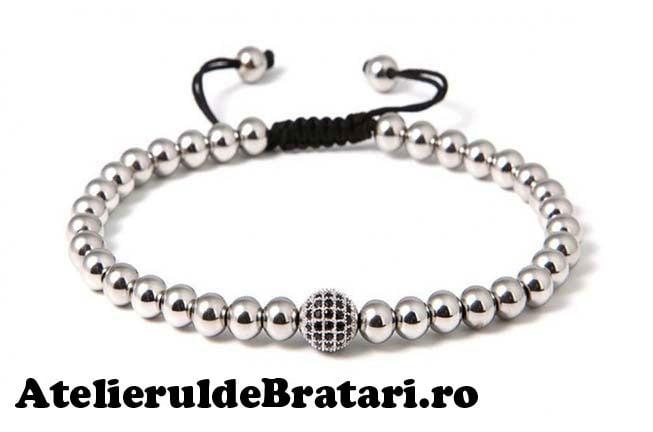 Bratara macrame cu 1 bila cu cristale Zirconia si bilute de argint 925este ambalata intr-o cutie cadou si poate fi cadoul ideal pentru o zi aniversara sau onomastica.