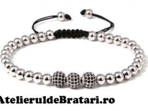 Bratara macrame cu 3 bile cu cristale Zirconia si bilute de argint 925este ambalata intr-o cutie cadou si poate fi cadoul ideal pentru o zi aniversara sau onomastica.