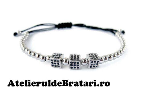 Bratara macrame cu 3 zaruri cu cristale Zirconia si bilute de argint 925 este ambalata intr-o cutie cadou si poate fi cadoul ideal pentru o zi aniversara sau onomastica.