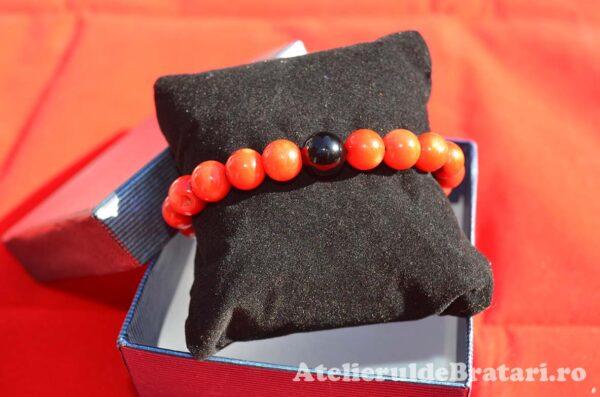Bratara macrame cu pietre semipretioase de coral rosu si onix negru lucios este impletita manual si vine ambalata intr-o cutie cadou.