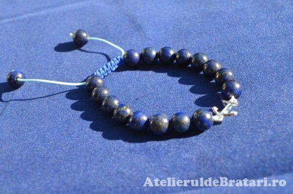 Bratara macrame cu pietre semipretioase lapis lazuli si link ancora de argint 925 este ambalata intr-o cutie cadou si poate fi cadoul ideal pentru o zi aniversara sau onomastica.