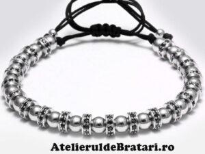 Bratara barbati cu Argint 925 rodiat si spatiatoare cu cristale Zirconia este ambalata intr-o cutie cadou si poate fi cadoul ideal pentru o zi aniversara sau onomastica.