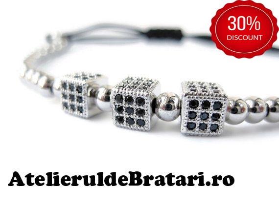 Bratara barbati cu Argint 925 cu 3 zaruri cu cristale Zirconia este ambalata intr-o cutie cadou si poate fi cadoul ideal pentru o zi aniversara sau onomastica.