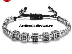 Bratara barbati cu Argint 925 cu 5 zaruri cu cristale Zirconia este impletita manual. Bratara barbati cu Argint 925 cu 5 zaruri cu cristale Zirconia este ambalata intr-o cutie cadou si poate fi cadoul ideal pentru o zi aniversara sau onomastica.